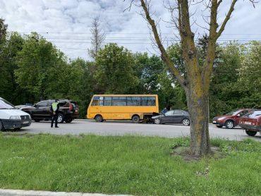 "На дамбі тернопільського ставу знову ДТП: іномарка ""поцілувала дупу"" автобуса"
