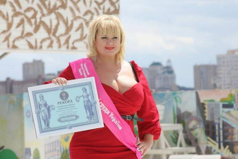 """В Україні зареєстрували рекорд """"Найбільші жіночі натуральні груди"""""""