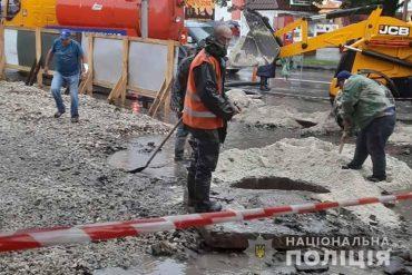 У Тернополі 15-річна дівчина впала в яму поблизу каналізаційного колектора